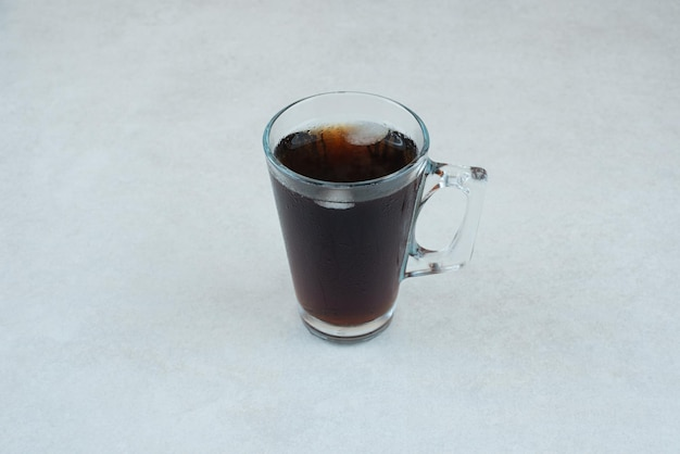 白いテーブルの上のおいしいお茶。