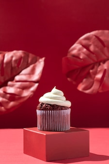 Вкусный кекс и листья монстеры
