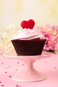 분홍색에 발렌타인 데이를위한 맛있는 컵 케이크