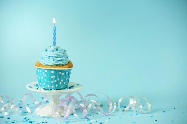 青のテーブルの上のおいしいカップケーキ