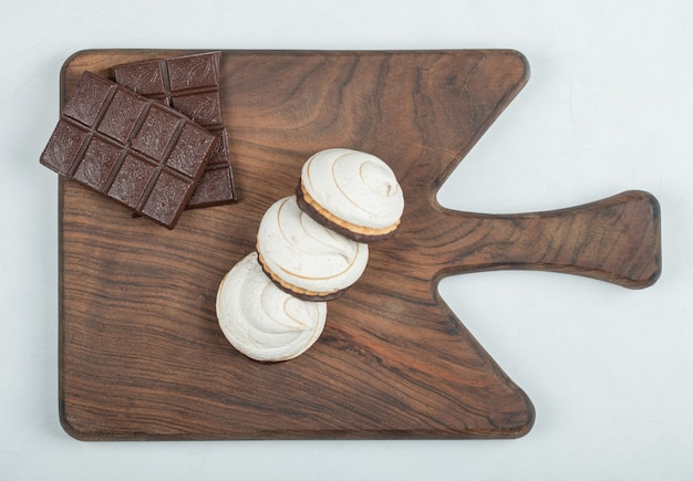 木の板にチョコレートバーが付いたおいしいカップケーキ。