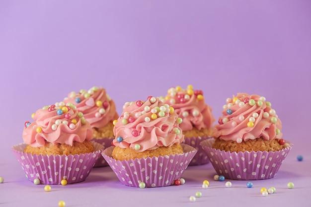 장식과 함께 맛있는 컵 케이크