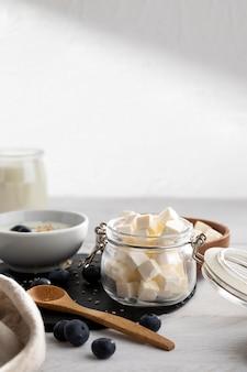 Вкусные молочные продукты и ягоды
