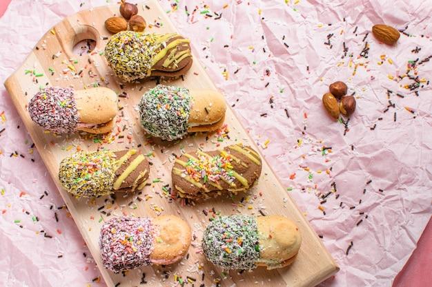 木の表面に飾られたおいしいクッキー