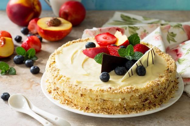 신선한 베리와 휘핑크림을 곁들인 맛있는 디저트 케이크 베리를 곁들인 맛있는 홀리데이 케이크
