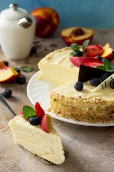 신선한 베리와 휘핑크림을 곁들인 맛있는 디저트 케이크 달콤하고 맛있는 홀리데이 케이크
