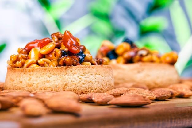 Вкусный десерт из большого количества ингредиентов, выпечка с большим количеством калорий, которую можно съесть в конце обеда, кондитерские изделия.