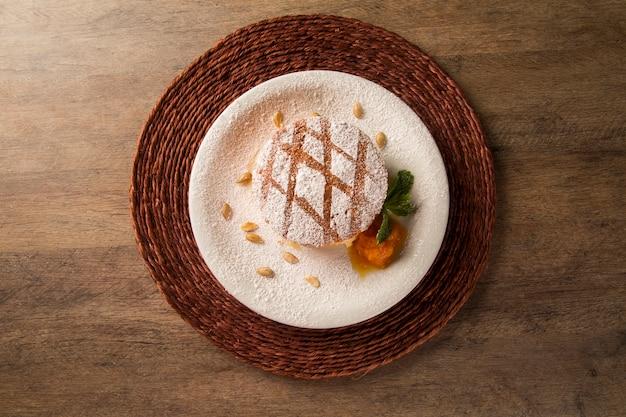 プレート上の裸のカボチャケーキのおいしいデザート。
