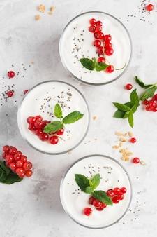 Вкусный десерт с фруктами и йогуртом, вид сверху