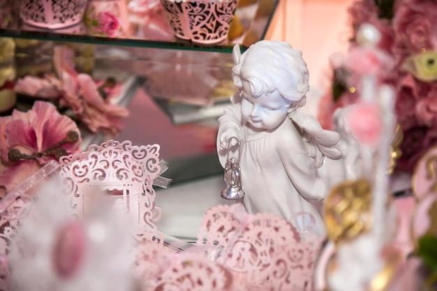 Вкусные десерты в свадебном моноблоке в зоне фуршета: статуэтка, фигурка, ангелочки.