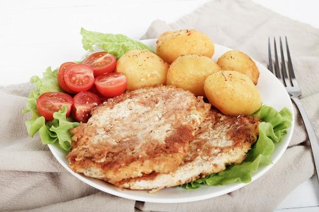 Вкусный ужин со стейками, отварным картофелем и салатом