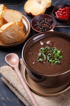 Caldo de feijãoと呼ばれるブラジル料理のおいしい料理。黒豆とベーコンとソーセージで作りました。