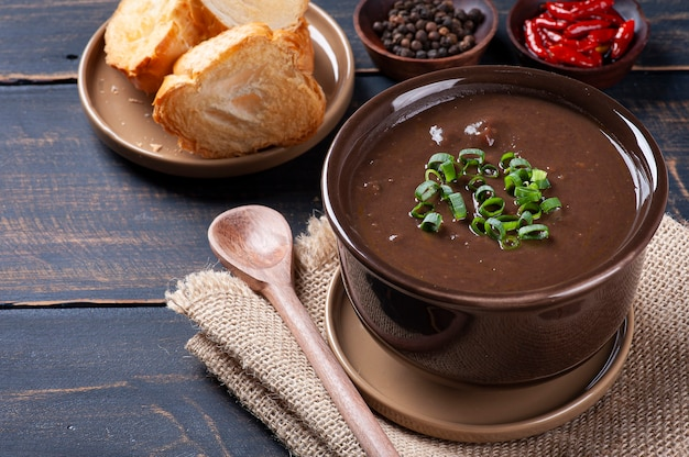 Caldo de feijó라는 브라질 요리의 맛있는 요리. 검은콩, 베이컨, 소시지로 만들었습니다.