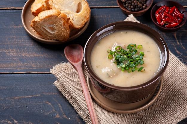 Caldo de mandioca라는 브라질 요리의 맛있는 요리. 카사바와 고기로 만든