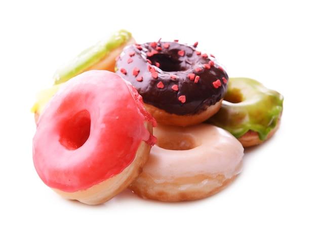 Вкусные пончики с глазурью на белом