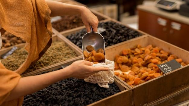 Вкусные сушеные продукты на рынке