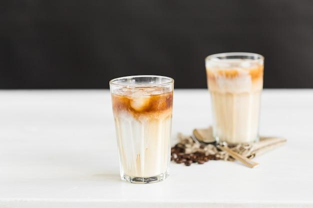 맛있는 음료 개념 - 얼음이 든 유리잔에 아이스 커피.