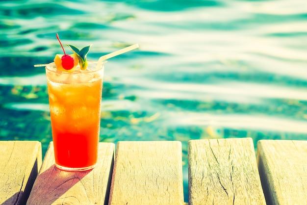 나무 판에 맛있는 음료