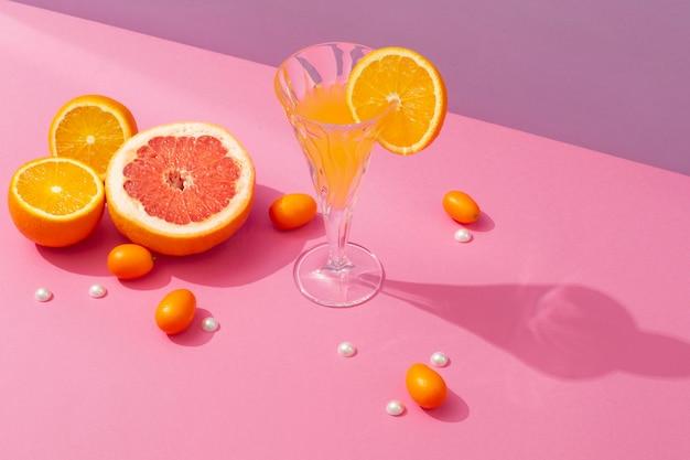 오렌지 슬라이스 배열로 맛있는 음료