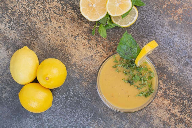 大理石の表面にレモンとミントのスライスが入ったおいしい飲み物