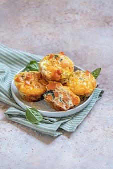 Вкусные яичные маффины со сладким картофелем, шпинатом и луком