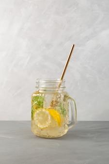 レモンハニーシーソルトとミントのおいしいエナジードリンクさわやかなサマーカクテル