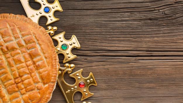 Вкусный богоявленский пирог десерт копией пространства деревянный стол