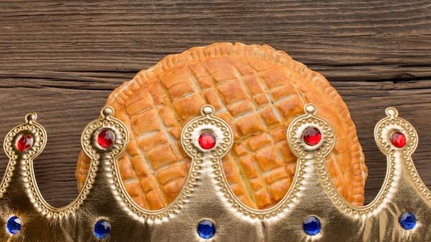 Вкусный богоявленский пирог десерт вид спереди корона