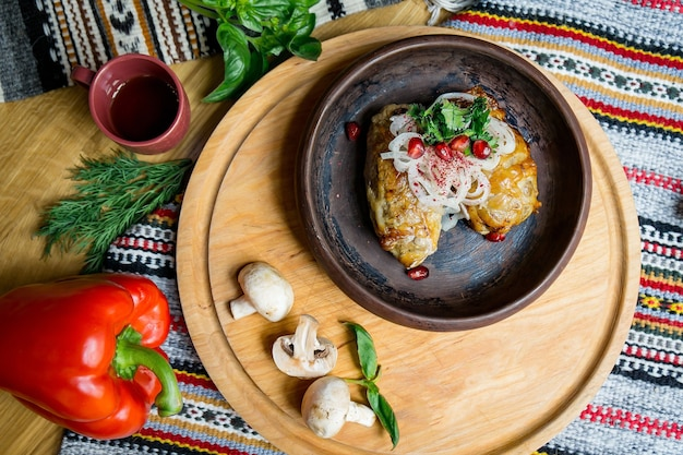 ゲストを待っている大きなテーブルで美味しいヨーロッパ料理とスラブ料理。食品と上面図のテーブル Premium写真