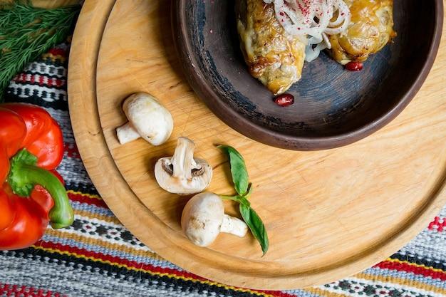 ゲストを待っている大きなテーブルで美味しいヨーロッパ料理とスラブ料理。食品と上面図のテーブル