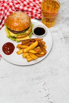 Вкусная еда быстрого питания на сером столе