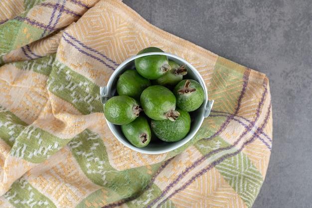 Вкусные плоды фейхоа в белом ведре. фото высокого качества