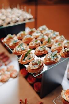 Вкусный праздничный буфет с канапе и различными вкусными блюдами