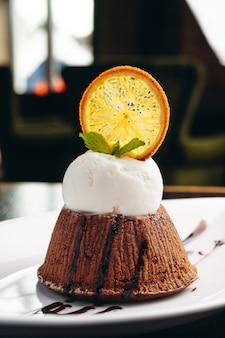 ホットチョコレートとアイスクリームのおいしいフォンダン
