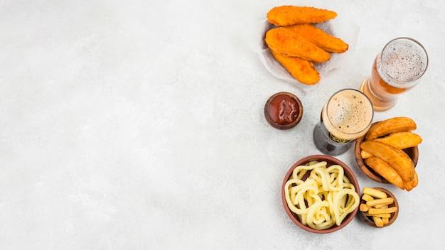 Вкусная еда и рамка для пивных бокалов