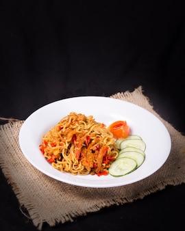 おいしい食べ物はインドネシアの三重geprekを飲みます