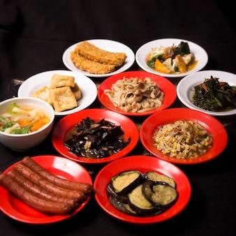 おいしい食べ物はインドネシアのテロンタフテンペを飲みます