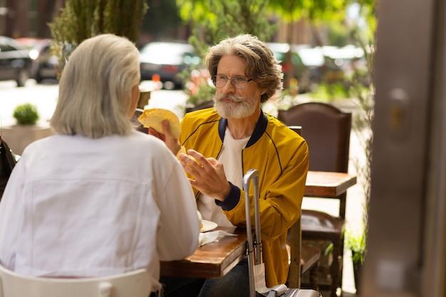 맛있는 음식. 거리의 테이블에 앉아 있는 멕시코 레스토랑에서 아내와 함께 점심을 먹고 있는 행복한 남자.