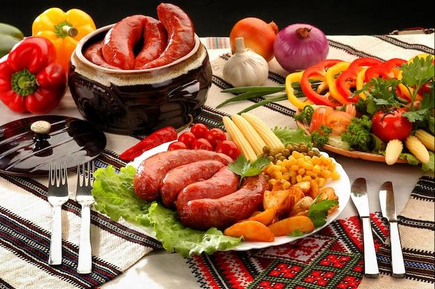皿の上のレストランでおいしい料理。焼きソーセージ