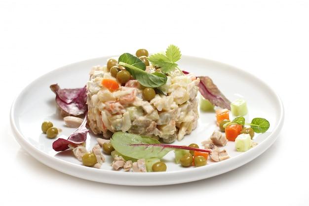 Вкусная еда на белой тарелке
