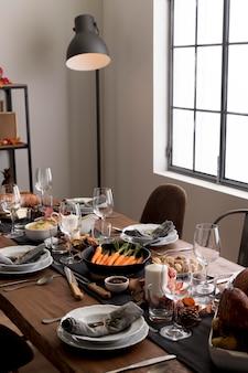 感謝祭の日のお祝いのためのテーブル上のおいしい食べ物