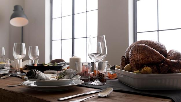 感謝祭のイベントのテーブルでおいしい食べ物