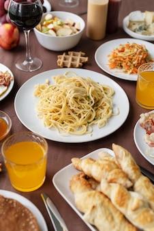 테이블 높은 각도에 맛있는 음식