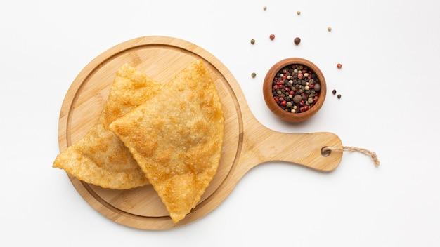 Вкусная еда на деревянной доске, вид сверху