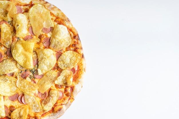 텍스트를 위한 공간이 있는 흰색 배경에 감자 칩을 넣은 맛있는 프랑크푸르트 피자