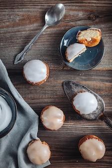 크림으로 가득 찬 맛있는 프랑스 choux craquelin 패스트리