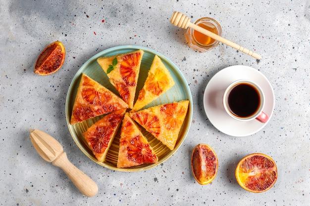 Вкусный французский десерт терпкий татин с кроваво-оранжевым.
