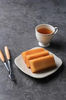 新鮮なバターを添えたおいしいフランスのフィナンシェケーキ、お茶を添えて。テキスト用のコピースペース