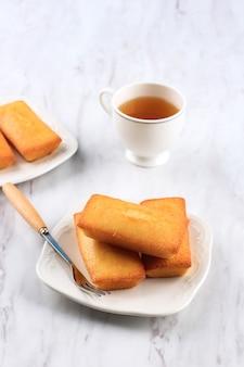おいしいフレンチペストリーフィナンシェケーキ、バター入りスモールケーキ、お茶添え。
