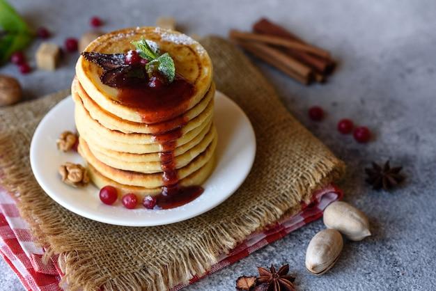 Вкусные свежие красивые блины с цитрусовым медом и вареньем. вкусный горячий завтрак с блинами с фруктами и ягодами